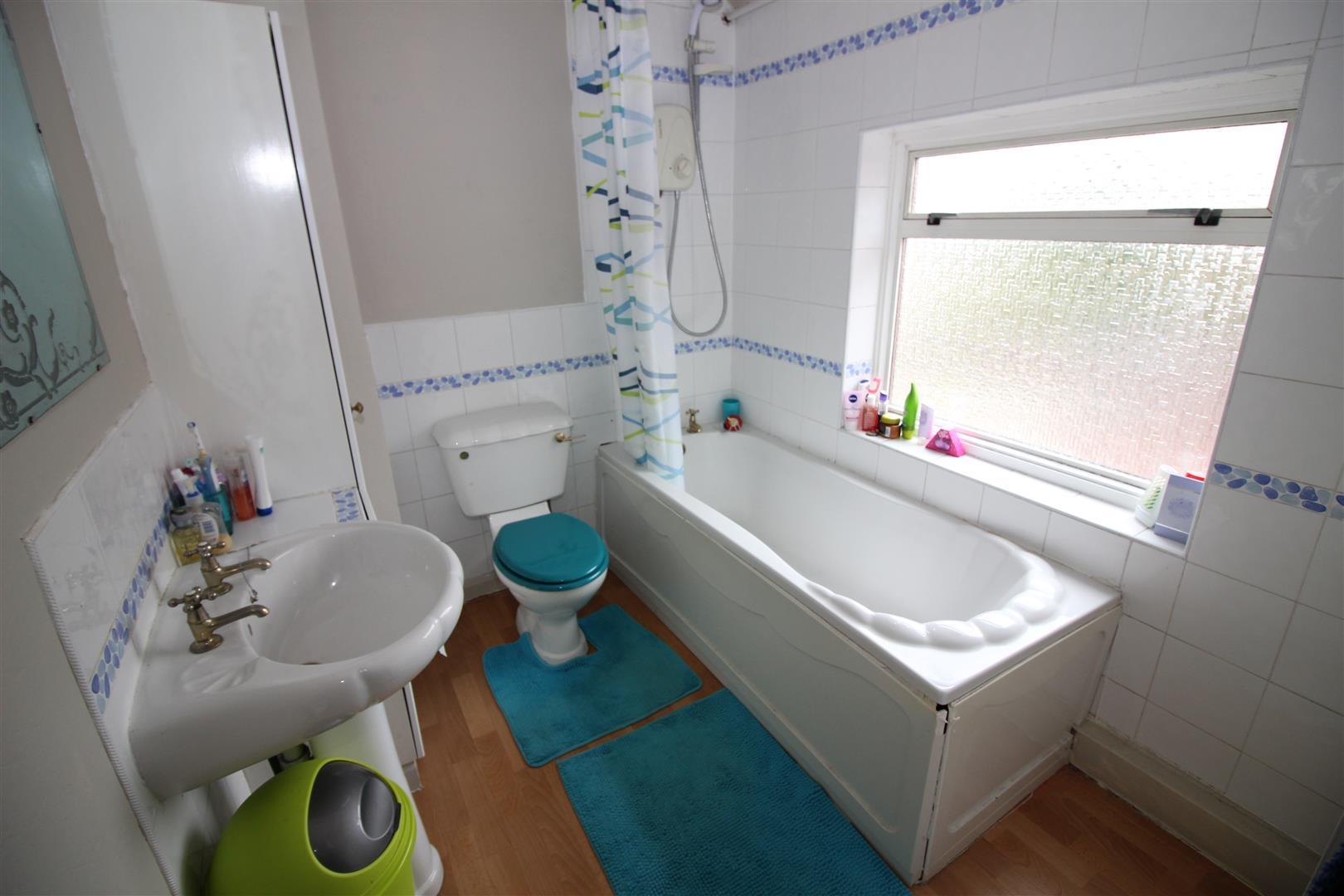 Property to buy in balfour road stapleford robert ellis for Bathroom 3 piece suite