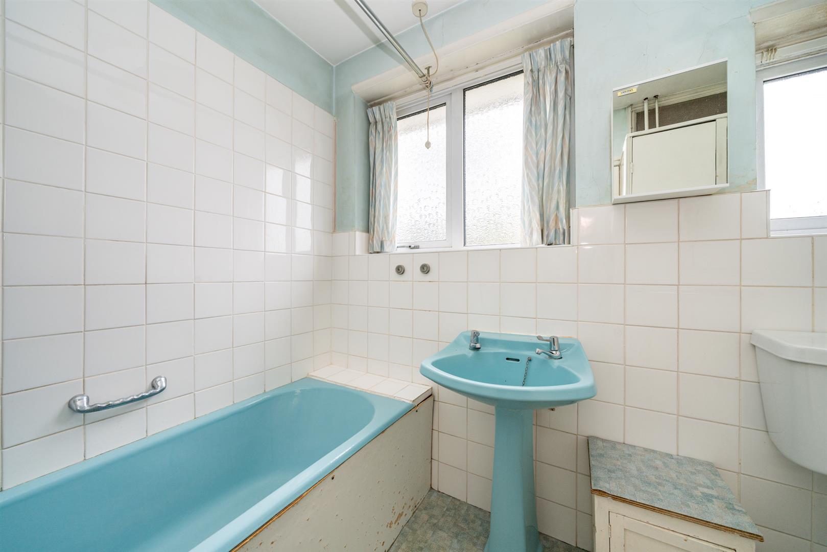 32-Cedar-Road-4233 -bathroom.jpg