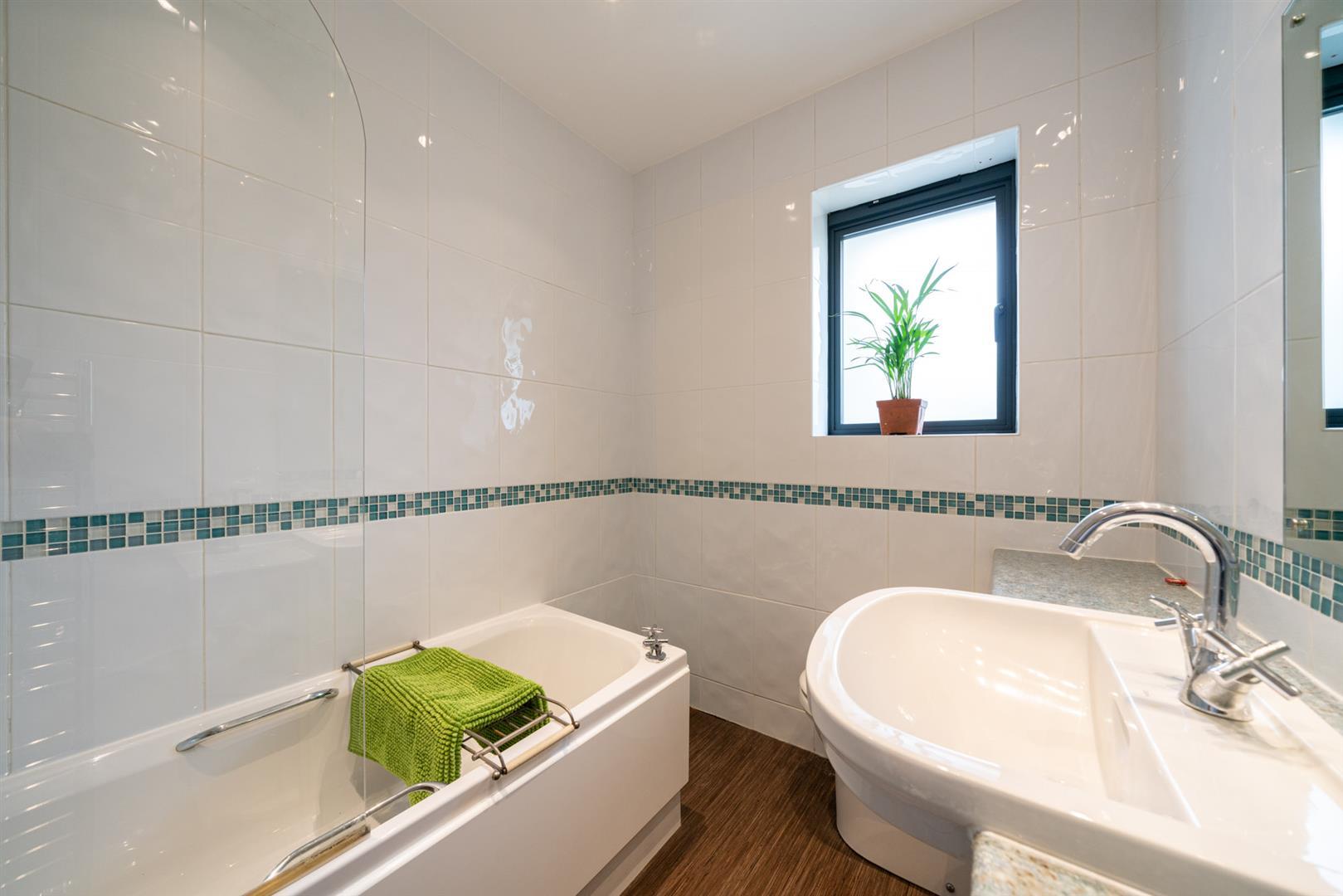 Larchmoor-2915-  bathroom.jpg