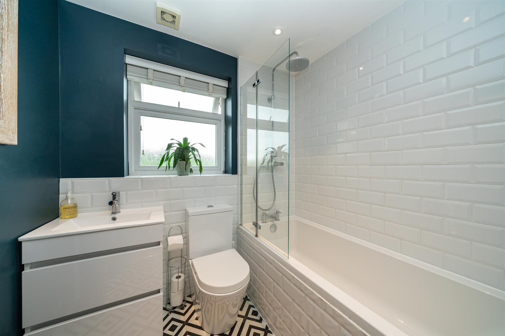21-Swing-gate-lane-0672 - bathroom.jpg