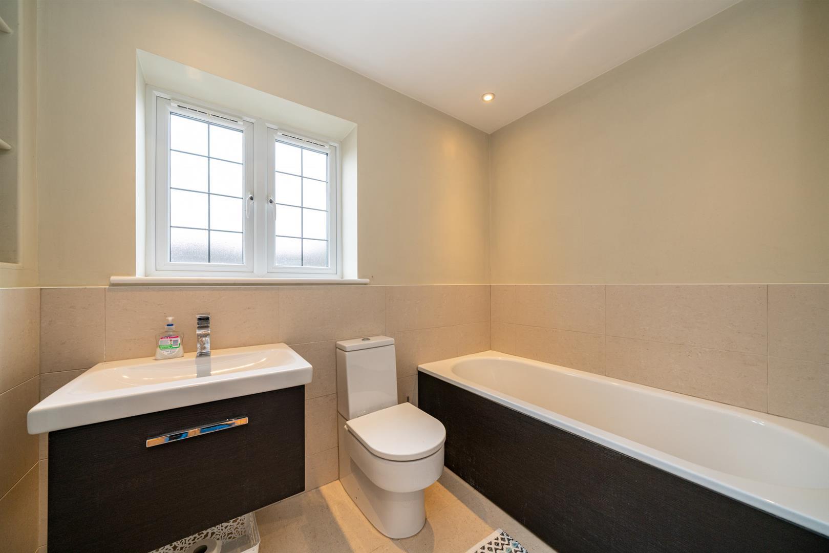 15-Hedgeside-5999 - bathroom.jpg