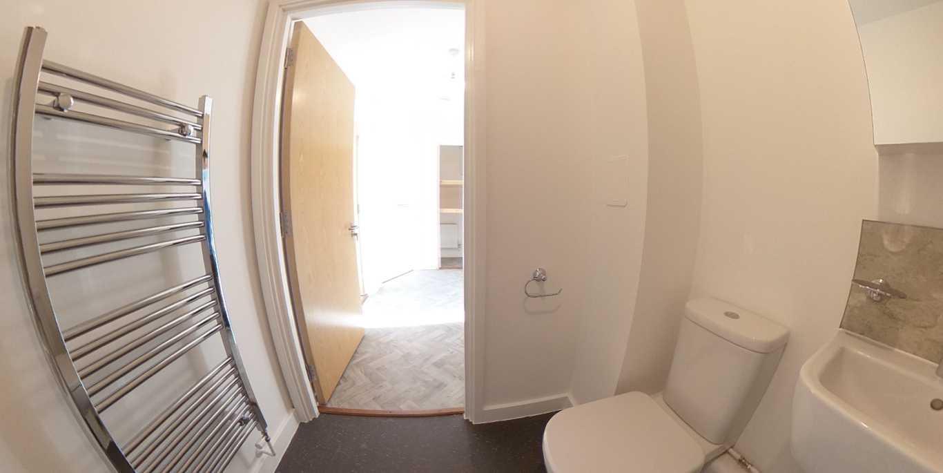 38 bathroom.jpg